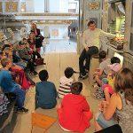 Kinder besichtigen die Fux-Orgel in der Klosterkirche Fürstenfeld